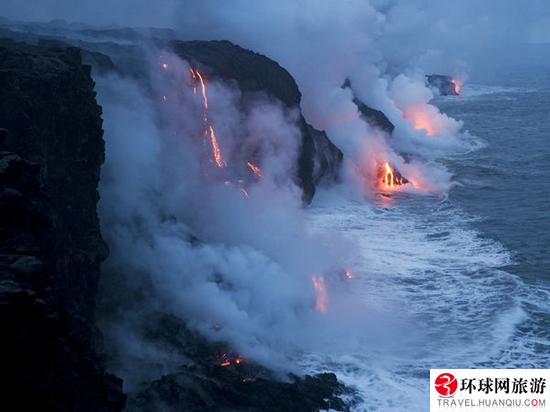 Горячая лава попадая в океан сразу же
