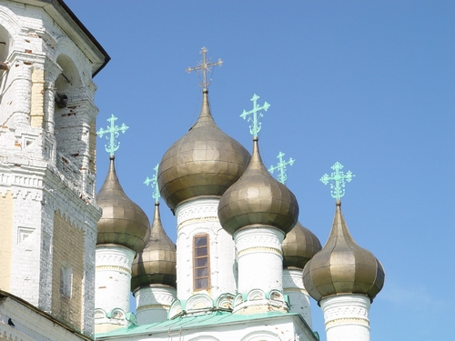 Кресты с полумесяцем на куполах православного храма в окресностях города Холмогоры в Архангельской области.