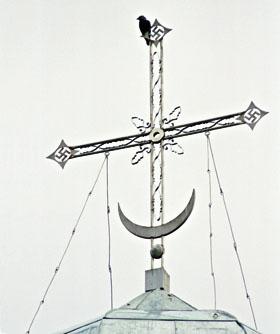 Крест с полумесяцем и свастикой на куполе одного из храмов в Ярославской области
