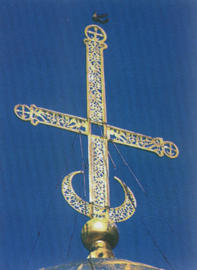 Четырехконечный усложненный крест с полумесяцем на православном храме в г. Владимире