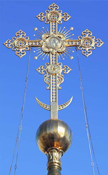 Восьмиконечный православный крест с полумесяцем в основании